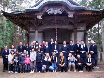 18日(日)夕方、鬼子母神ご尊像を、無事、神瀧山山頂の本殿にお返しした後、本殿前にて記念撮影。(写真提供:藤本先生)