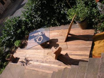 Blick auf meine Terrasse mit zwei Steckstühlen und Glastisch auf hohlem Apfelstmm