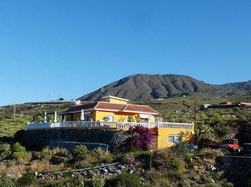 In der Bildmitte ist das Haus der Finca zu sehen  umgeben von einer grandiosen Landschaft.