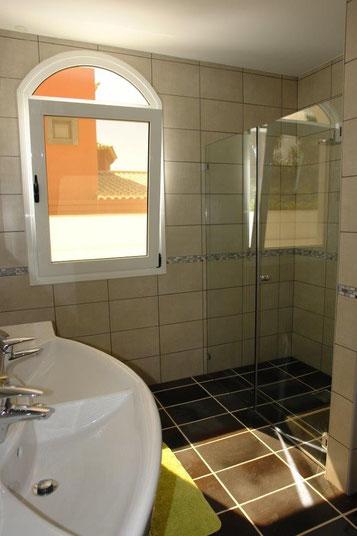 Doppelwaschbecken und Duschbereich