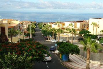 Blick auf die Strasse zum Meer von Adeje