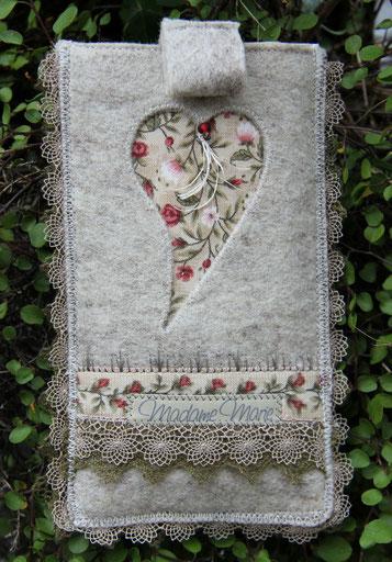 Madame Marie, Aus meinem Atelier, Handytäschli, Filz, mit Herz, grau