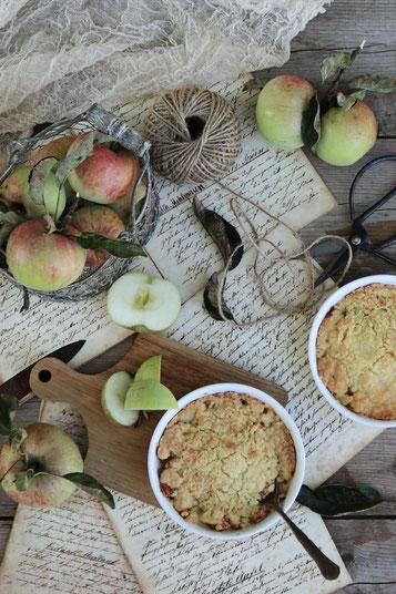 Apfelcrumble mit Äpfeln auf einem Tisch