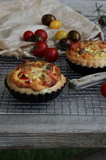 Tomatenkuchen auf einem Tisch