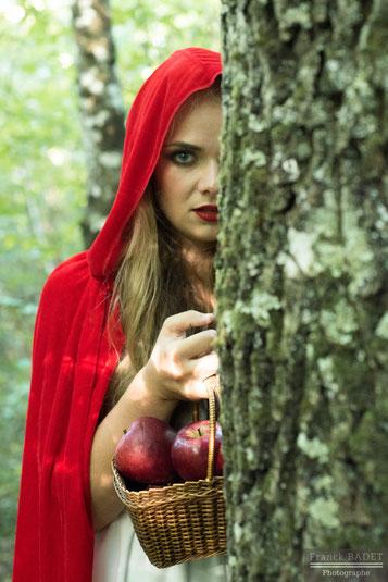 petit chaperon rouge panier pomme shooting modele fille photographe lyon into the wood