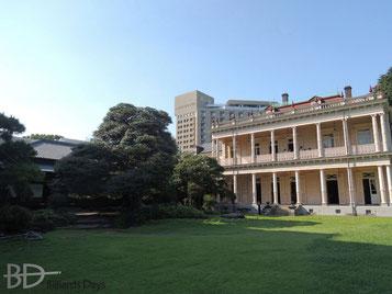 お庭側から見た和館(左)と洋館(ひと続きの珍しい建築)