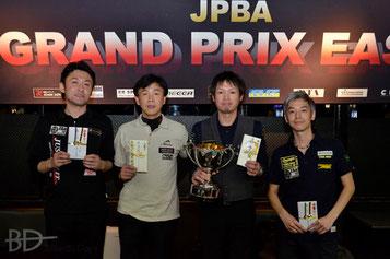 左から、3位・高野智央、2位・山本久司、優勝・赤狩山幸男、3位・塙圭介