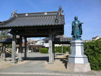 山門に立つ日蓮大聖人