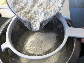 Mehl, Salz, Backpulver darüber sieben