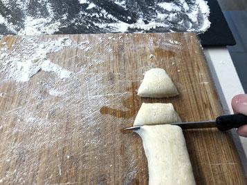 Von den Würsten 2 cm breite Stücke schneiden