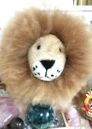 我が家に鎮座するライオンちゃん。エンジェルフェザーのフローライトと一緒に。