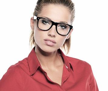 Junge Frau mit Brille, berufstätig