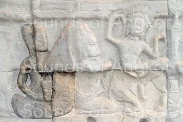 Harpe accompagnant une danseuse. Des cordes et des chevilles et des chevilles en grand nombre sont représentés. Bayon.