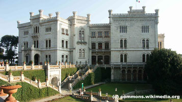 Freitag: Am Nachmittag besuchen wir das Schloss Miramare, das von Erzherzog Ferdinand Maximilian von Österreich, dem Bruder von Kaiser Franz Joseph I., erbaut wurde.