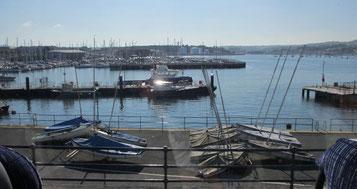 Freitag: Fahrt nach Plymouth, einer der ältesten Hafenstädte Englands, und Spaziergang durch die Altstadt mit seinen urigen Kneipen und einem tollen Blick auf den Hafen.