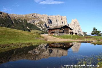 Freitag: Auf unserem Ausflug in die Dolomiten verweilen wir auch kurz auf der Seiseralm, die vor einem malerischen Bergsee liegt.