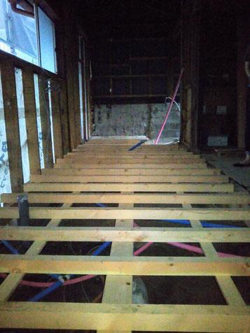 給排水管を新設し新しい床組を張りました