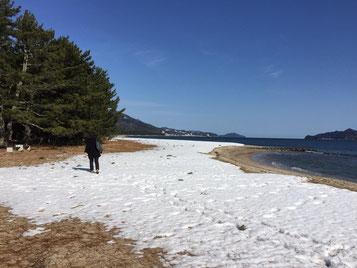 左右に伸びる砂浜、波の音に雪景色の三点セットは何とも表現しがたい光景でした。