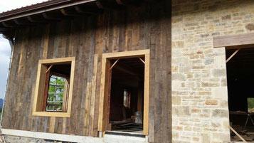 Detalle lamas de roble y castaño gris tejado vivienda