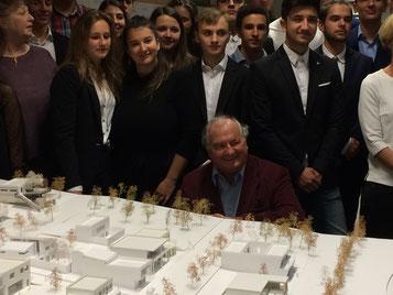 Dr. Walter-Langmann mit den Schülerinnen und Schülern des Camillo Sitte Bautechnikum