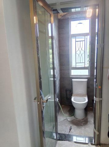 屯門裝修 - 洗手間安裝門、馬桶、鋪地磚、換鋁窗、換抽氣扇