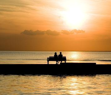 Paar auf einer Bank am Meer. Quelle: Pixabay - lizenzfrei