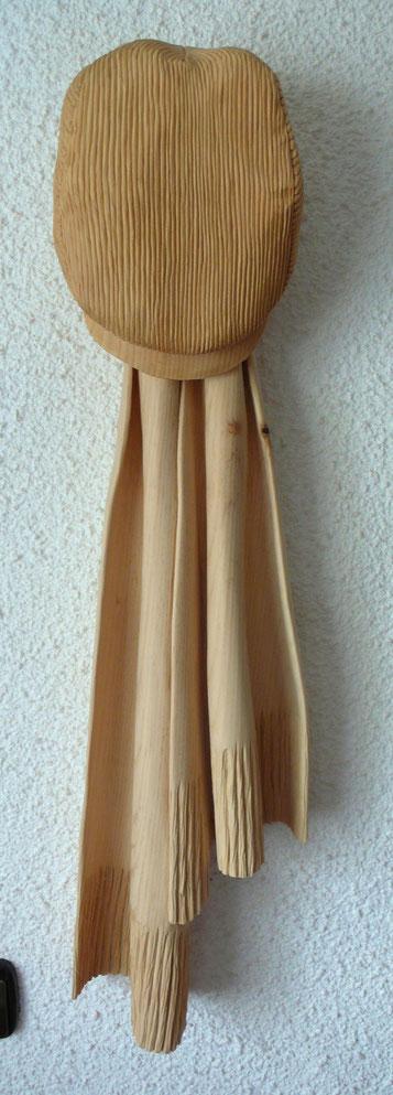 Holzobjekt Mütze mit Schal