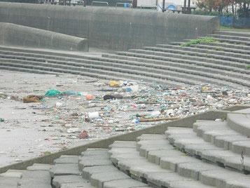 今回荒れてまた沢山の漂着ゴミが打ち上げられています。
