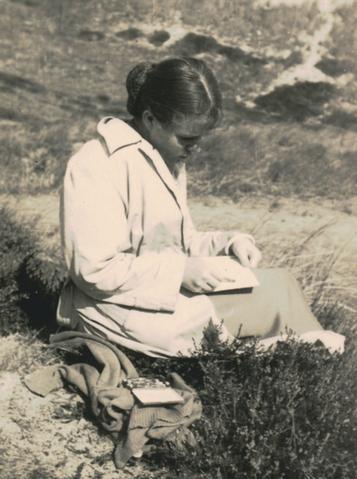 Bettina Heinen-Ayech dessinant à Sylt, 1954