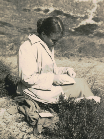 Bettina Heinen-Ayech beim Zeichnen in Sylt, 1954