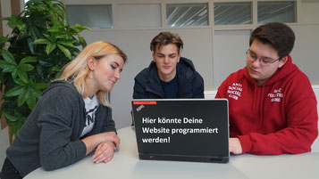Schüler des Berufskolleg Wirtschaftsinformatik programmieren ein Java-Programm im Team.