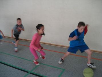 Der Ball ist rund und grün: Mädchen und Jungen kicken gemeinsam