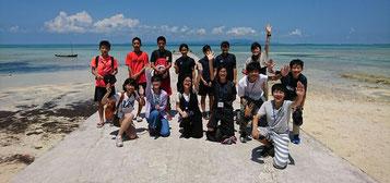西桟橋を訪ねた竹富島と斜里町の子どもたち=28日、竹富島