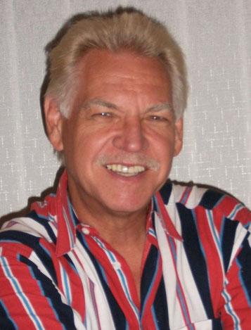 Wolfgang der Magier aus Iserlohn arbeitet erfolgreich als humorvoller Zauberer, Ballonkünstler, Poet und Walking Act in Nordrhein-Westfalen.