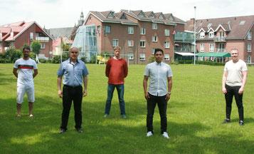 Alair Cruz Vicente (2. von rechts) agiert künftig als Spielertrainer der SG Kickers Leer/Germania Leer.