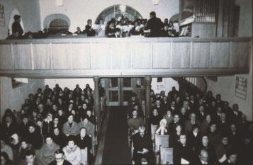 Voll besetzte Waldenserkirche in Großvillars