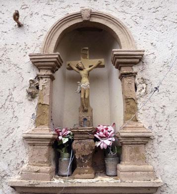 Auch ein Kleindenkmal: Kruzifix in einer Nische an der Hauswand in der Franz-von-Sickingen Straße