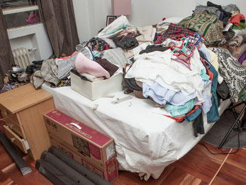 Tras vaciar el armario coloca toda la ropa sobre una superficie - AorganiZarte