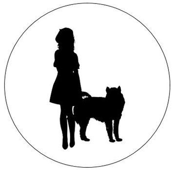 Silhouette de femme tenant un chien d'aide à la personne