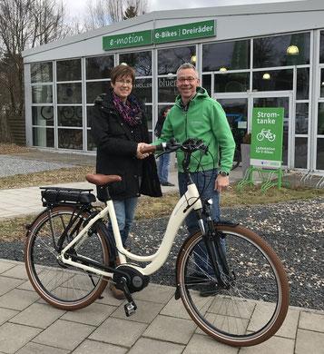 Riese & Müller e-Bike geht an glückliche Gewinnerin