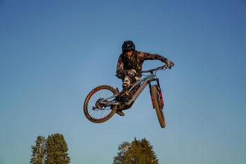 Sabatino sprint auf seinem Specialized Levo SL in die Luft
