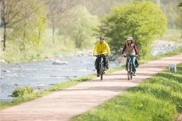 e-Bike fahren ist schneller, günstiger und entspannter als mit einem PKW oder Fahrrad
