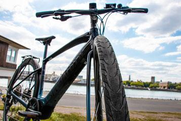 Nahaufnahme der Reifen des neuen Vado SL von Specialized