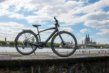 Das neue Vado SL von Specialized vor dem Rhein und dem Kölner Dom