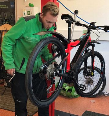 Zweirad-Mechaniker repariert e-Bike