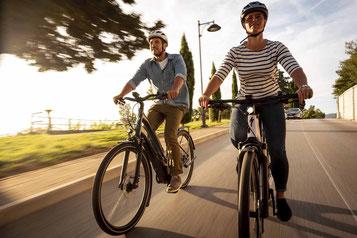 Frau mit e-Bike Probefahrt