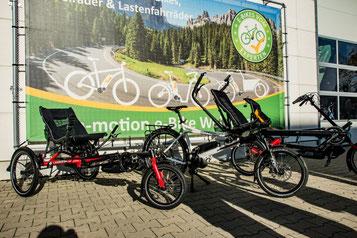 Drei Dreiräder von Hase Bikes stehen vor der e-motion e-Bike Welt Hanau