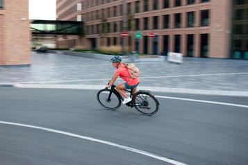Jenny fährt auf dem neuen Vado SL von Specialized durch einen Kreisverkehr