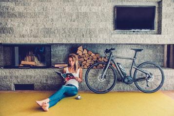 Sportliche Frauen e-Bikes e-motion