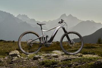 Das neue Giant Trance X E+ Pro 29 vor einem Gebirge